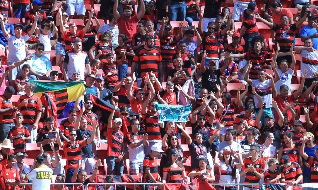 Torcida do Flamengo faz a festa no Estádio Mané Garrincha, em Brasília, antes do jogo contra o Atlético-MG Jorge William / Agência O Globo