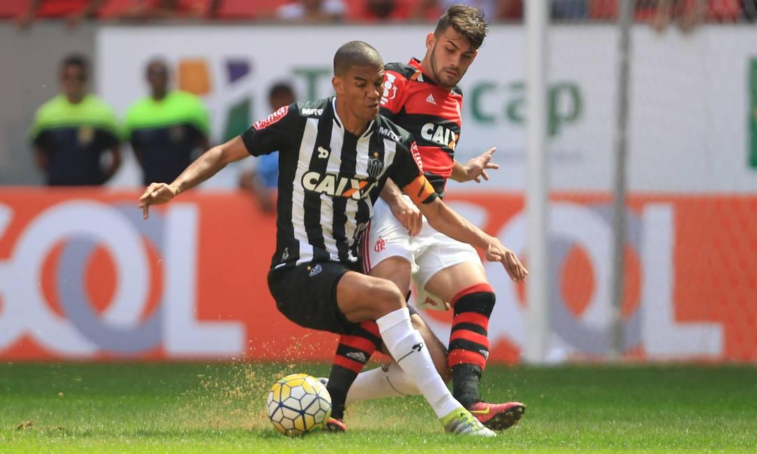 O duelo entre o experiente zagueiro do Atlético-MG, Leonardo Silva, e o jovem atacante do Flamengo Felipe Vizeu Jorge William / Agência O Globo