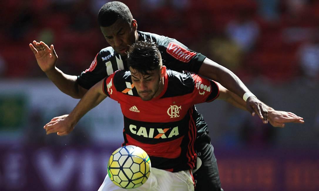 Olhos fixos na bola, os jogadores de Flamengo e Atlético-MG parecem fazer uma coreografia na disputa do lance no Mané Garrincha Jorge William / Agência O Globo
