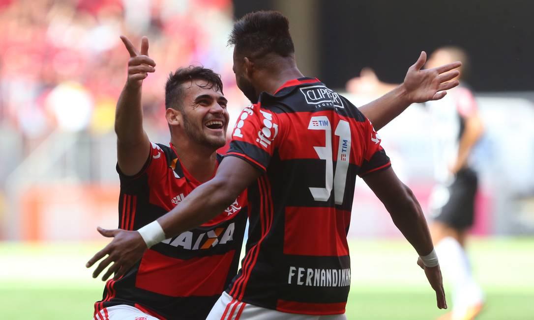 Felipe Vizeu e Fernandinho comemoram o primeiro gol do Flamengo sobre o Atlético-MG no Estádio Mané Garrincha Ailton de Freitas / Agência O Globo