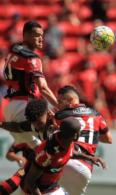 Um jogador do Galo em meio a três do Urubu: sanduíche de gente no Flamengo x Atlético-MG em Brasília Jorge William / Agência O Globo