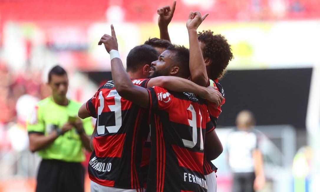 A festa dos jogadores do Flamengo: vitória leva o rubro-negro, pelo menos provisoriamente, ao G-4 da Série A do Brasileiro Ailton de Freitas / Agência O Globo