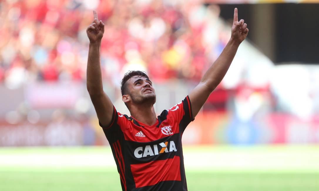 O garoto Felipe Vizeu, de 19 anos, é o nome do jogo entre Flamengo e Atlético-MG: ele marcou dois gols, aos 12 minutos do 1º tempo e aos 11 do 2º. O rubro-negro ganhou por 2 a 0 no Mané Garrincha, em Brasília Ailton de Freitas / Agência O Globo