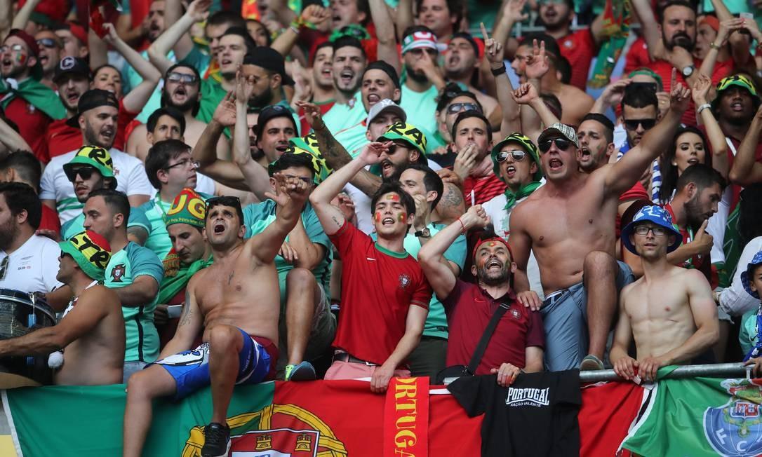 A torcida de Portugal incentiva a seleção em Saint-Denis Petr David Josek / AP