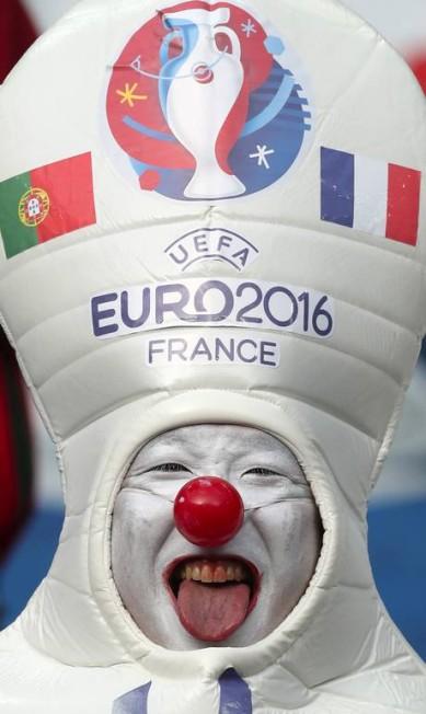A fantasia diz tudo, no clima da decisão da Eurocopa de 2016 entre Portugal e França Thanassis Stavrakis / AP