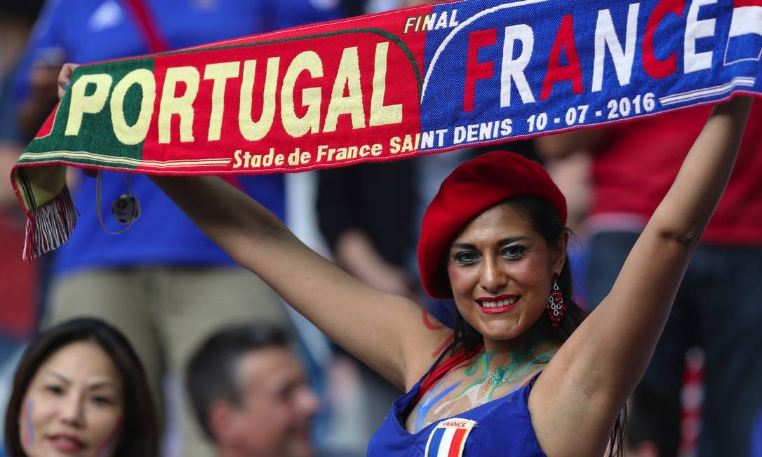 A torcedora exibe orgulhosa o cachecol personalizado da decisão da Eurocopa de 2016: Portugal x França em Saint Denis Thanassis Stavrakis / AP