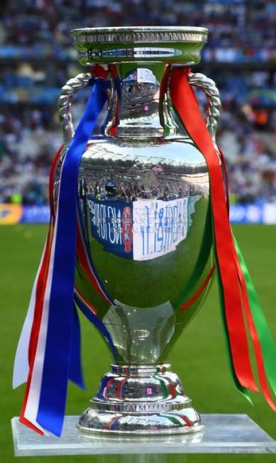 Com fitas nas cores dos dois países finalistas, o troféu, alvo do desejo de portugueses e franceses FRANCK FIFE / AFP