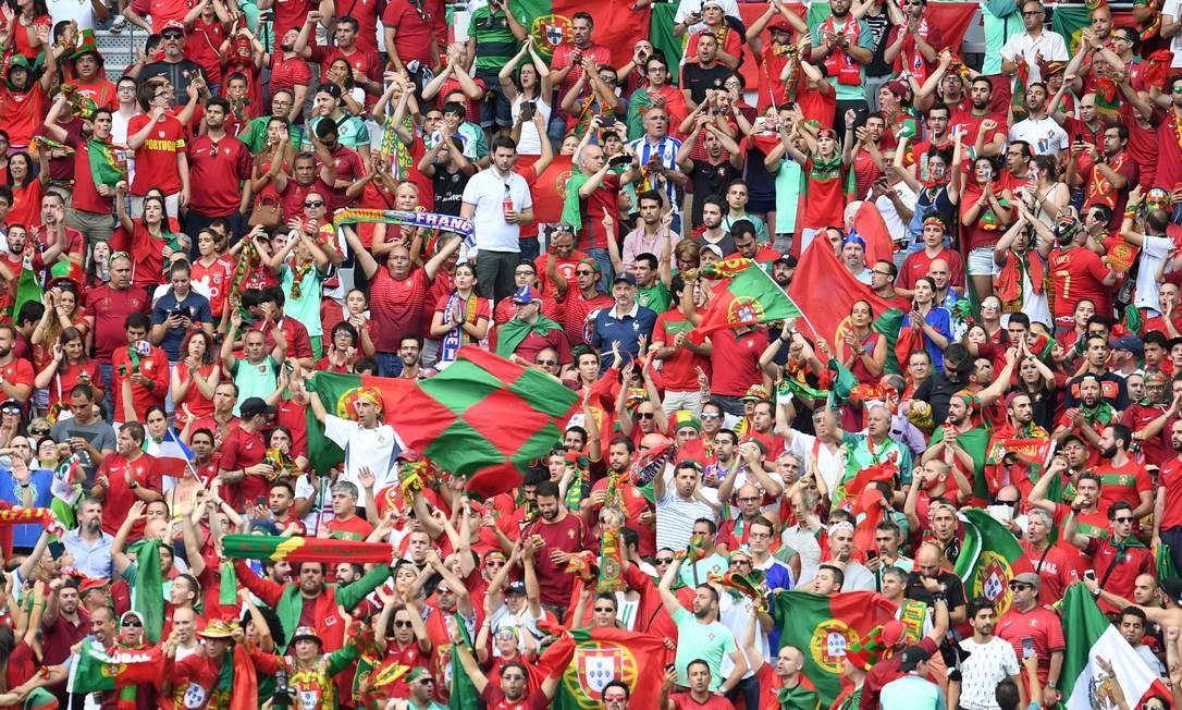 Várias bandeiras portuguesas deram o tom nas arquibancadas PATRIK STOLLARZ / AFP