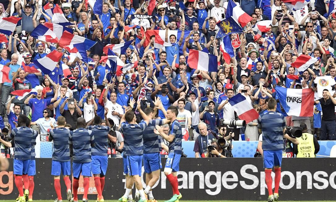 A torcida francesa apoiando a seleção antes de a bola rolar Martin Meissner / AP