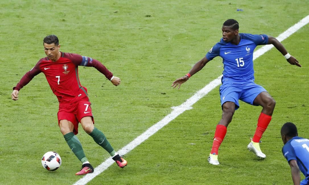 Cristiano Ronaldo domina a bola no meio de campo, observado por Pogba; Portugal x França, decisão da Eurocopa 2016 CHRISTIAN HARTMANN / REUTERS