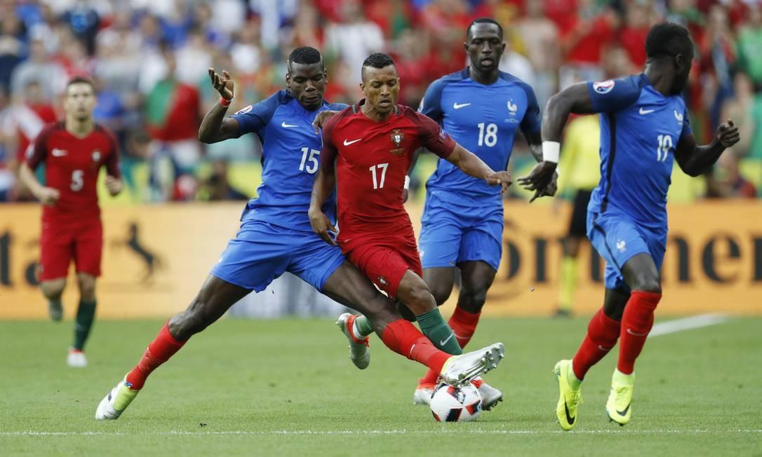 Pogba (15) estica a perna para conter Nani (17), que tentava levar a bola ao ataque por Portugal na decisão da Eurocopa contra a França Darren Staples / REUTERS