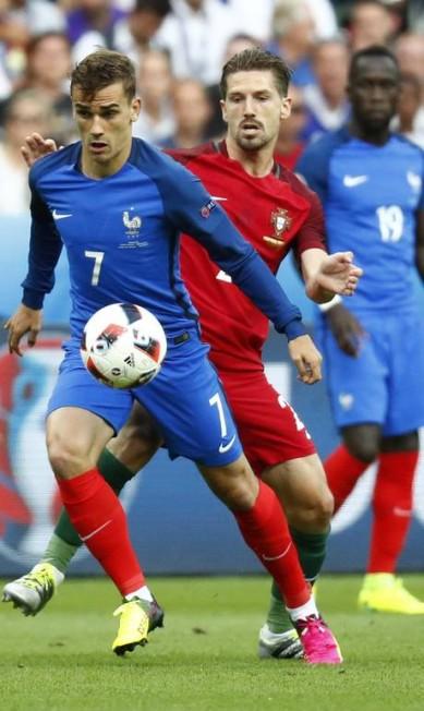 Griezmann leva a França à frente, marcado por Adrien Silva, de Portugal Kai Pfaffenbach / REUTERS