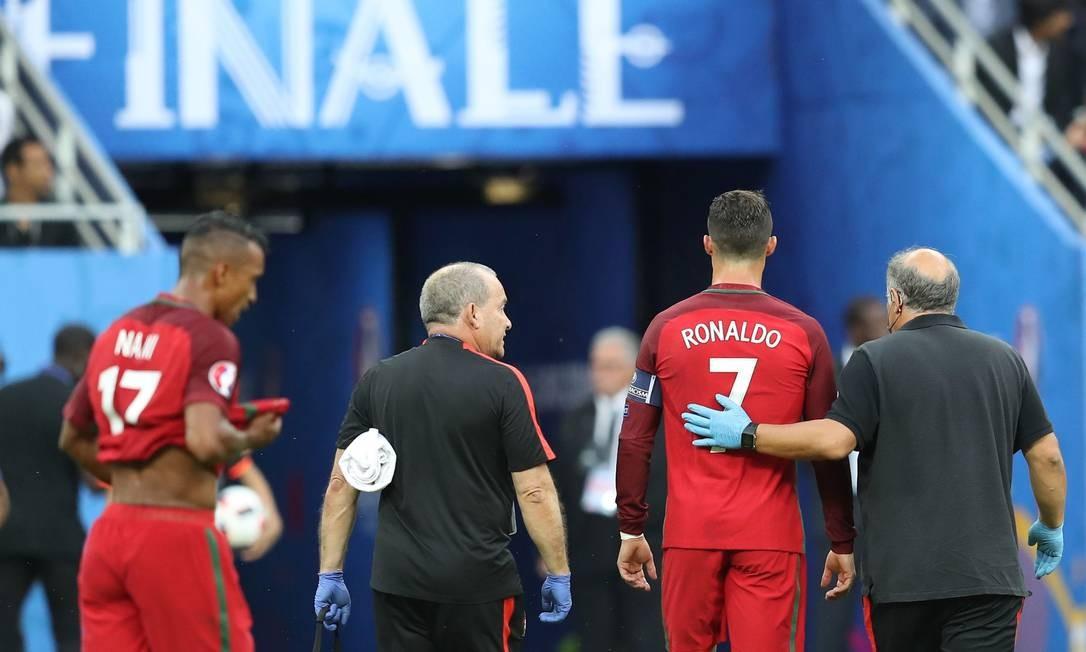 Cristiano Ronaldo deixa o campo de jogo ainda no primeiro tempo, com lesão no joelho esquerdo: desfalque de peso para Portugal na final contra a França VALERY HACHE / AFP