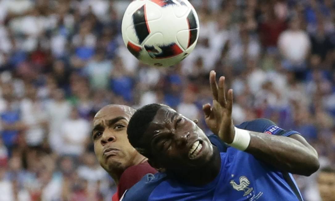 João Mário, de Portugal, e Paul Pogba, da França, disputam a bola no alto: empenho pelo título da Eurocopa Petr David Josek / AP