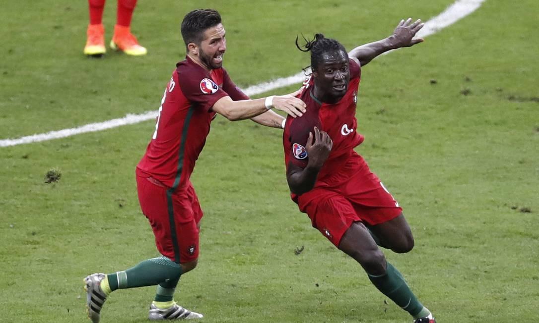 Éder, à direita, comemora o gol do título português Michael Sohn / AP