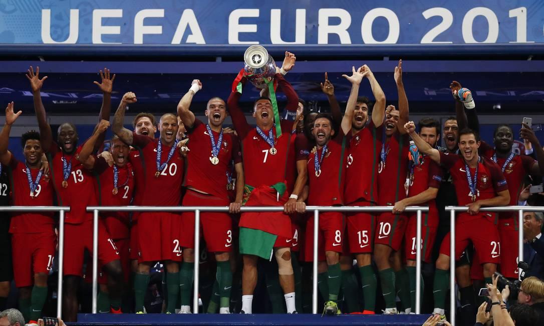 O capitão Cristiano Ronaldo ergue a Eurocopa, após inédita conquista Kai Pfaffenbach / REUTERS