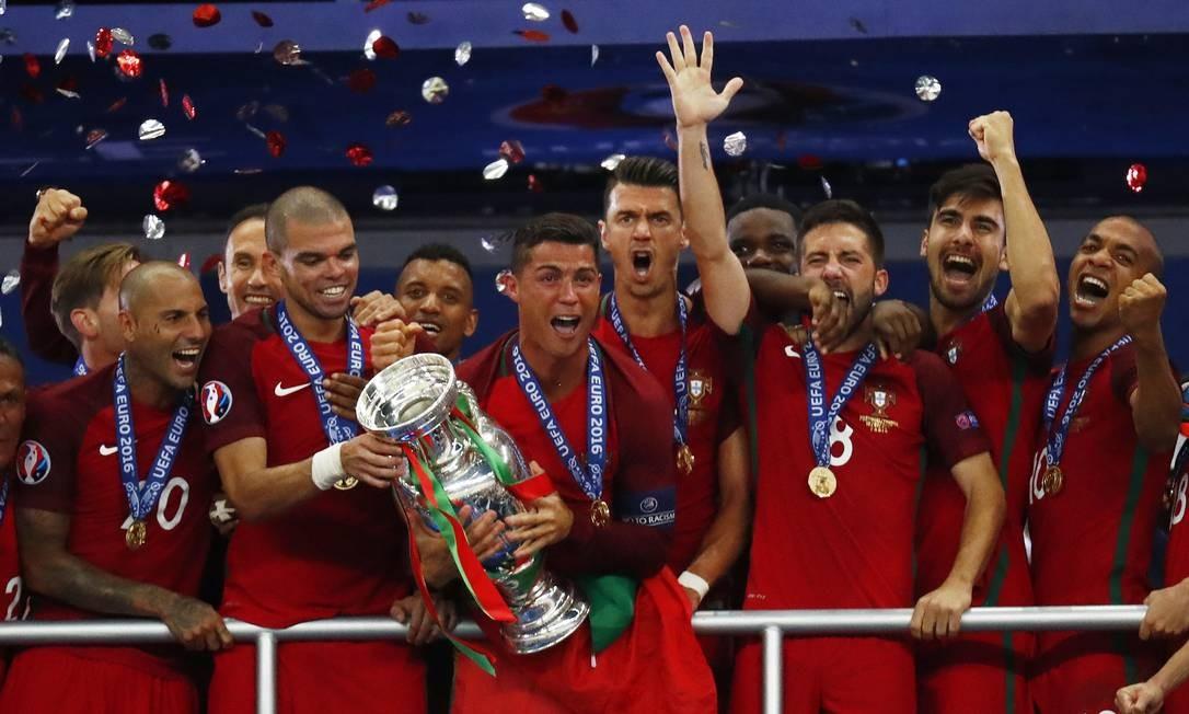Cristiano Ronaldo se emociona ao carregar a taça da Eurocopa, para delírio dos companheiros de seleção portuguesa Kai Pfaffenbach / REUTERS