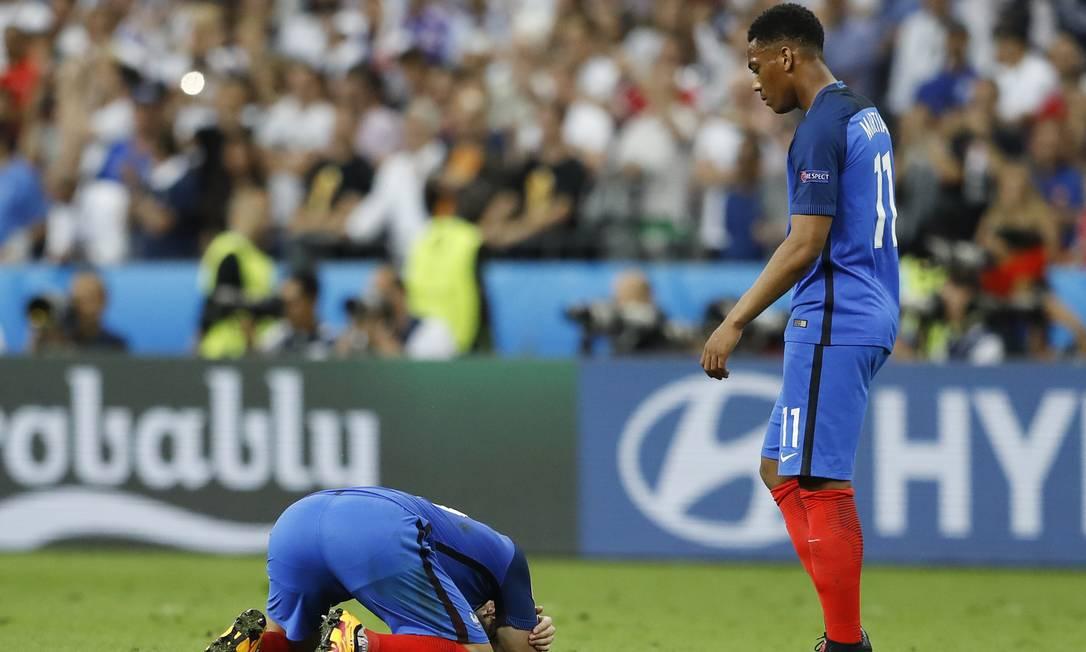 A desolação de dois jogadroes franceses com a derrota em casa, em Saint-Denis Frank Augstein / AP