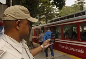 O guarda municipal Marco Antônio do Carmo usa o celular para flagrar imagens suspeitas: uma delas, de um casal no Corcovado, foi parar com autoridades federais Foto: Gabriel de Paiva / Agência O Globo