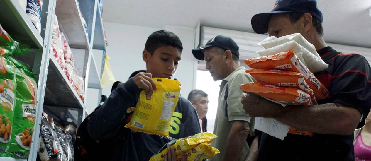 Venezuelanos aproveitam a brecha de 12 horas permitida pelo governo de Caracas para se abastecer de produtos na Colômbia Foto: CARLOS EDUARDO RAMIREZ / REUTERS