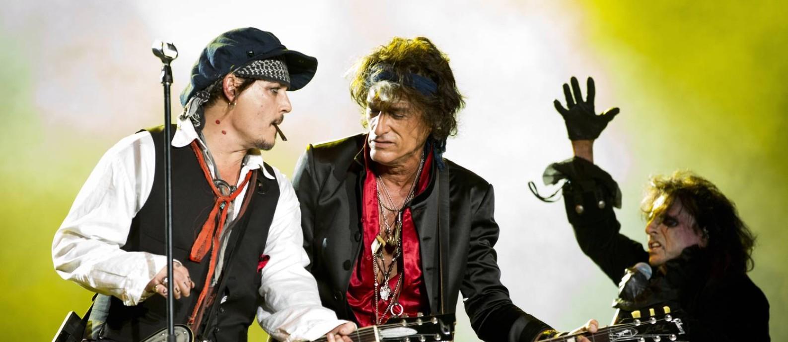 Joe Perry entre Johnny Depp e Alice Cooper em show dos Hollywood Vampires no Rock in Rio Foto: Guito Moreto / Agência O Globo