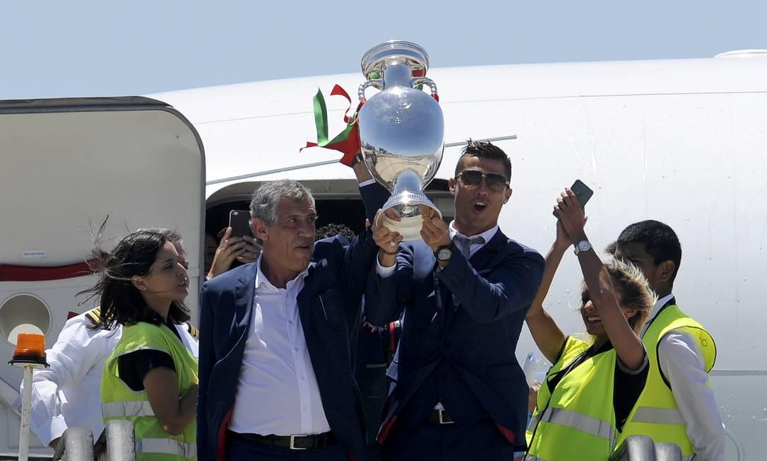 Cristiano Ronaldo e o técnico Fernando Santos no desembarque em Lisboa com a taça da Euro Paulo Duarte / AP