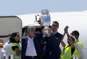 Cristiano Ronaldo e o técnico Fernando Santos no desembarque em Lisboa com a taça da Euro Foto: Paulo Duarte / AP