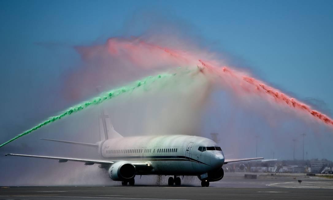 O time português é recebido com jatos de água nas cores da bandeira nacional PATRICIA DE MELO MOREIRA / AFP