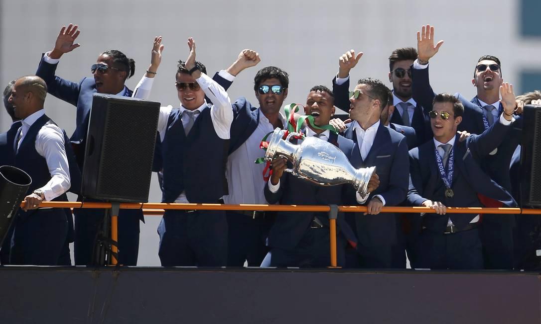 Os jogadores portugueses comemorando o título da Eurocopa RAFAEL MARCHANTE / REUTERS