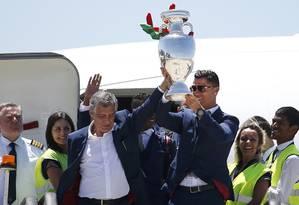 Cristiano Ronaldo e o técnico Fernando Santos no desembarque de Portugal. Craque está na seleção da Eurocopa Foto: RAFAEL MARCHANTE / REUTERS