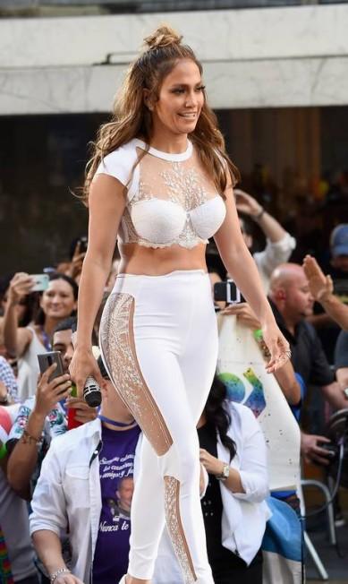 """Aos 46 anos, Jennifer Lopez deixa, dia após dia, os fãs de queixo caído com sua boa forma. Na manhã desta segunda, ela esteve no """"Today"""", programa da rede de TV americana NBC,e ostentou suas curvas numa calça branca de renda e top cropped Jamie McCarthy / AFP"""