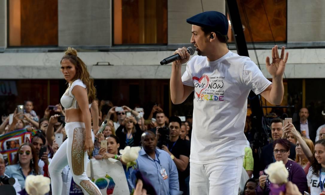 Jennifer Lopez e o músico portorriquenho Lin-Manuel Miranda, autores da música TIMOTHY A. CLARY / AFP
