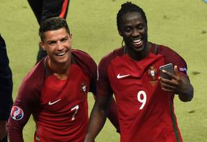 Éder ao lado de Cristiano Ronaldo na comemoração do título europeu da seleção de Portugal Foto: MIGUEL MEDINA / AFP