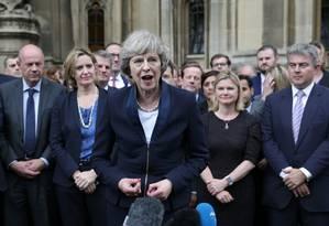 Nova líder do Partido Conservador, Theresa May (centro) fala a repórteres em frente ao Palácio de Westminster, em Londres Foto: DANIEL LEAL-OLIVAS / AFP