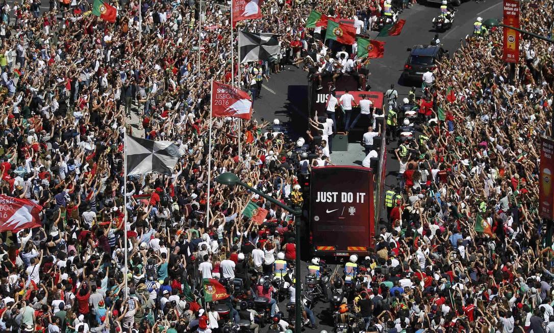 Os jogadores portugueses desfilam diante da multidão em Lisboa RAFAEL MARCHANTE / REUTERS