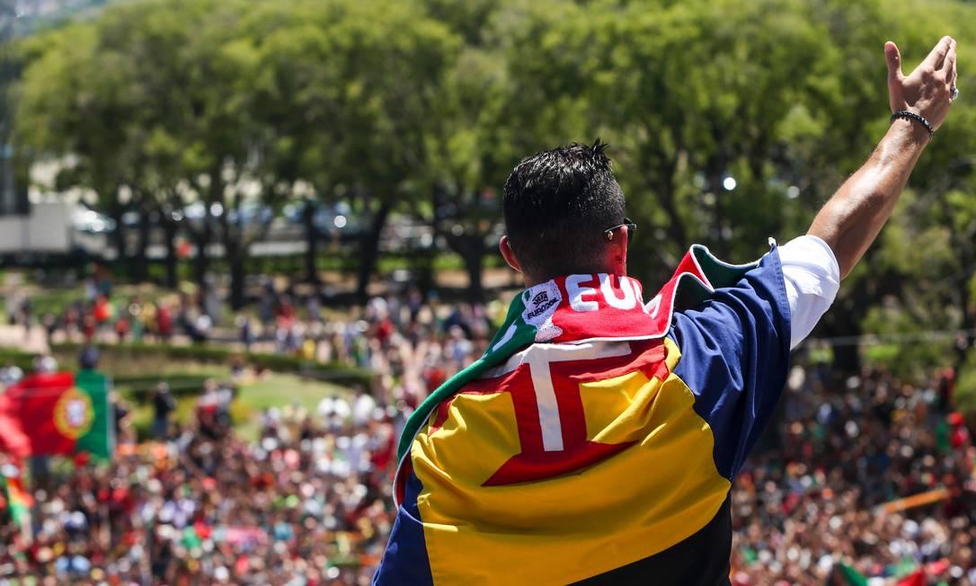 Cristiano Ronaldo acena para a multidão durante o desfile português em Lisboa NUNO FOX / AFP