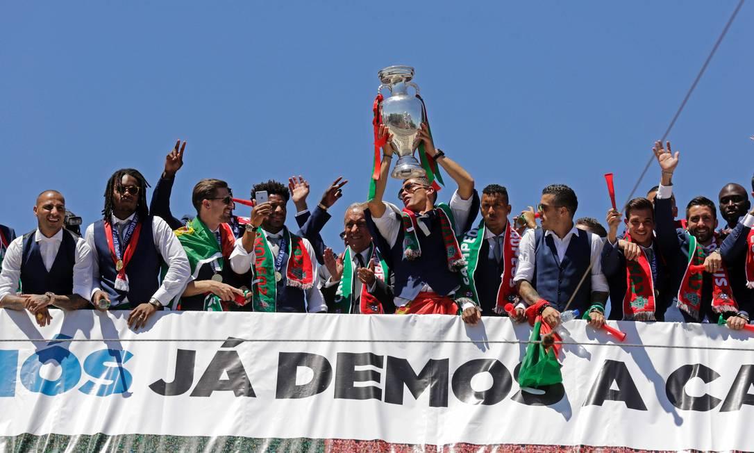 Os jogadores portugueses acenam para o público na varanda do Palácio de Belém, em Lisboa JOSE MANUEL RIBEIRO / AFP