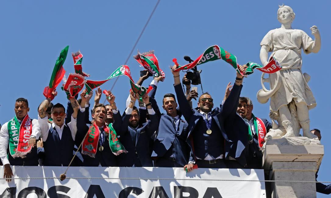 Os jogadores portugueses acenam para o público na festa da conquista do título em Lisboa JOSE MANUEL RIBEIRO / AFP