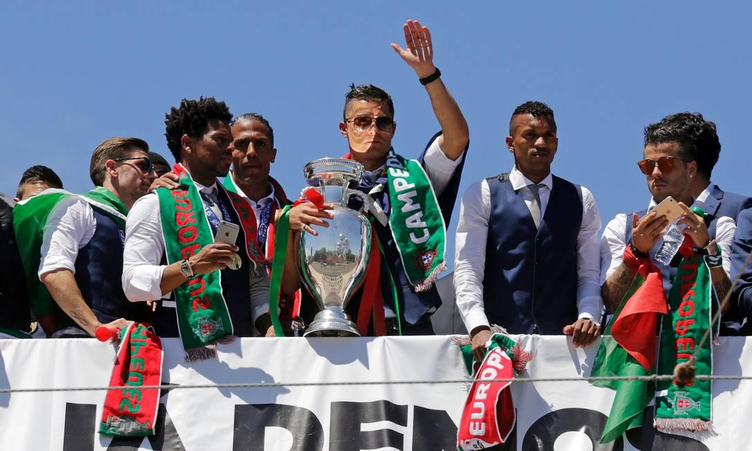 Cristiano Ronaldo com o troféu de campeão da Euro JOSE MANUEL RIBEIRO / AFP