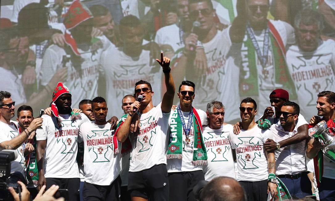 Depois Ronaldo comandou a festa com os torcedores Pedro Nunes / REUTERS