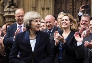 Theresa May é aplaudida por integrantes do Partido Conservador, do lado de fora do Parlamento de Londres Foto: Max Nash / AP