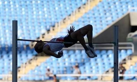 Atleta durante uma competição do salto em altura Foto: Alexandre Cassiano
