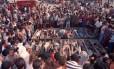 Chacina. Multidão observa os corpos de 18 das 21 pessoas mortas por policiais militares em Vigário Geral