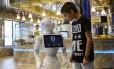 Robô Pepper interage com uma criança a bordo do navio Costa Diadema