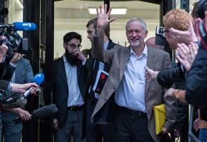 Jeremy Corbyn acena a apoiadores após decisão favorável no Partido Trabalhista Foto: CHRIS RATCLIFFE / AFP
