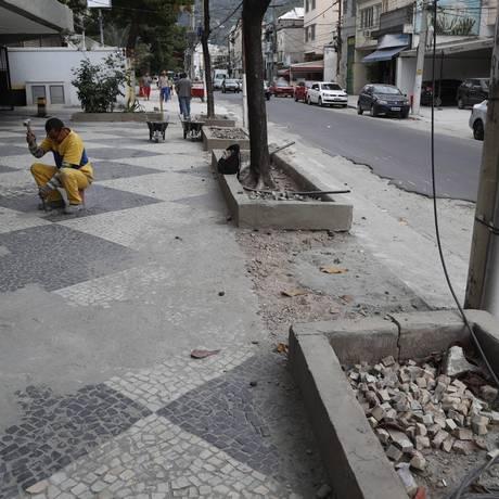 Algumas calçadas entregues já apresentaram problemas Foto: Marcelo Carnaval / Agência O Globo