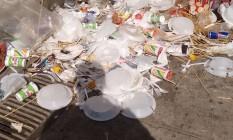 Lixo acumulado na Av. Dom Hélder Câmara Foto: Foto enviada pelo leitor Marcelo Gonçalves