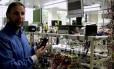 O pesquisador Ioannis Ieropoulos mostra como urina pode recarregar um smartphone