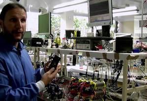 O pesquisador Ioannis Ieropoulos mostra como urina pode recarregar um smartphone Foto: REPRODUÇÃO/YOUTUBE
