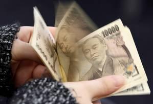 Mulher conta notas de iene Foto: Shohei Miyano / REUTERS